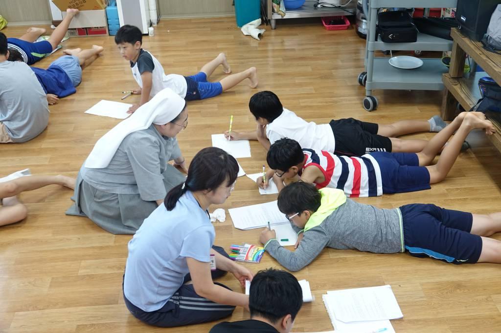 초등부여름신앙학교-십자가의길준비.jpg