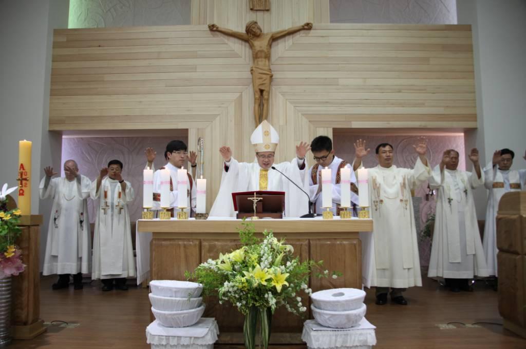 2012년 5월 8일-손삼석 요셉 주교님 주례 아래 성전 축성식.jpg