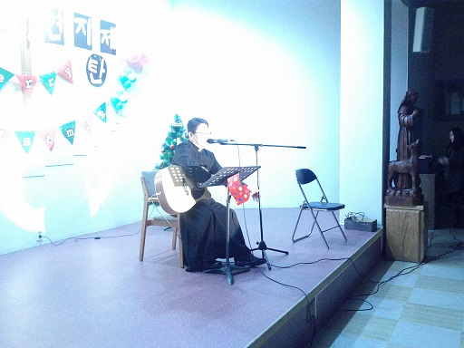 12월 24일 노래하는 신부님..jpg